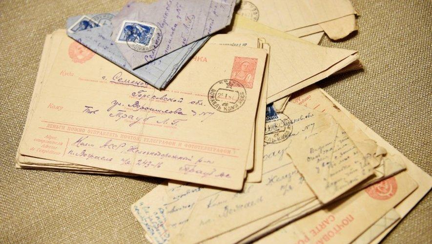 Des lettres envoyés du camp de travail stalinien par le grand-père du journaliste russe Andreï Kolesnikov, le 16 décembre 2016 à Moscou
