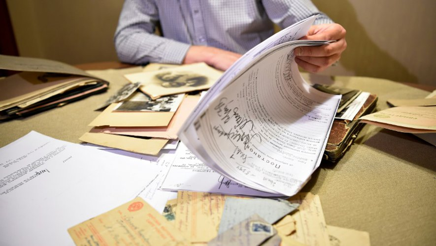 Le journaliste russe Andreï Kolesnikov regarde une copie de l'ordre de l'arrestation de son grand père par le régime stalinien dans son appartement à Moscou, le 16 décembre 2016