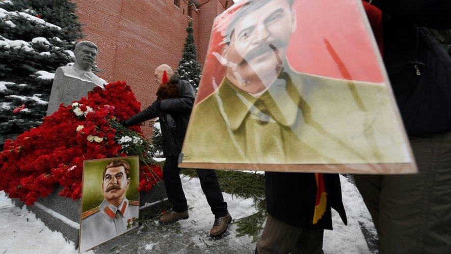 Des communistes russes rendent hommage à Staline à Moscou, sur la place Rouge au pied du Kremlin, le 21 décembre 2016