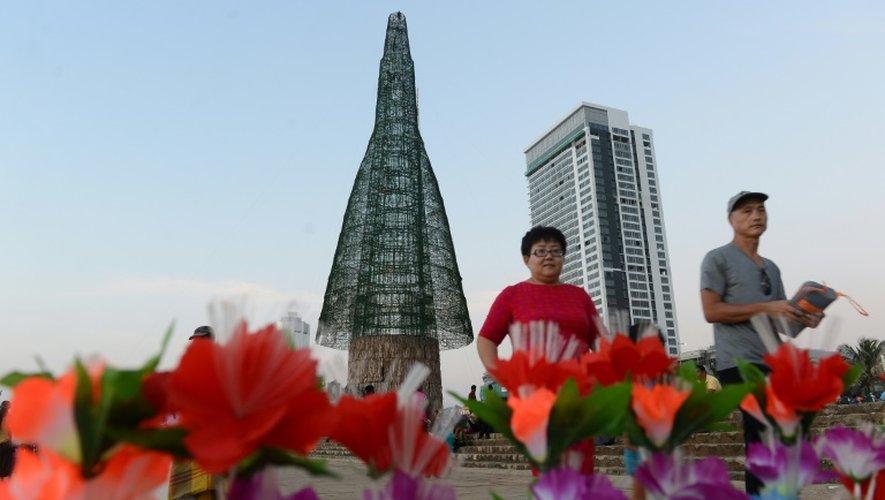 L'arbre de Noël présenté comme le plus haut au monde à Colombo, au Ski Lanka, le 24 décembre 2016