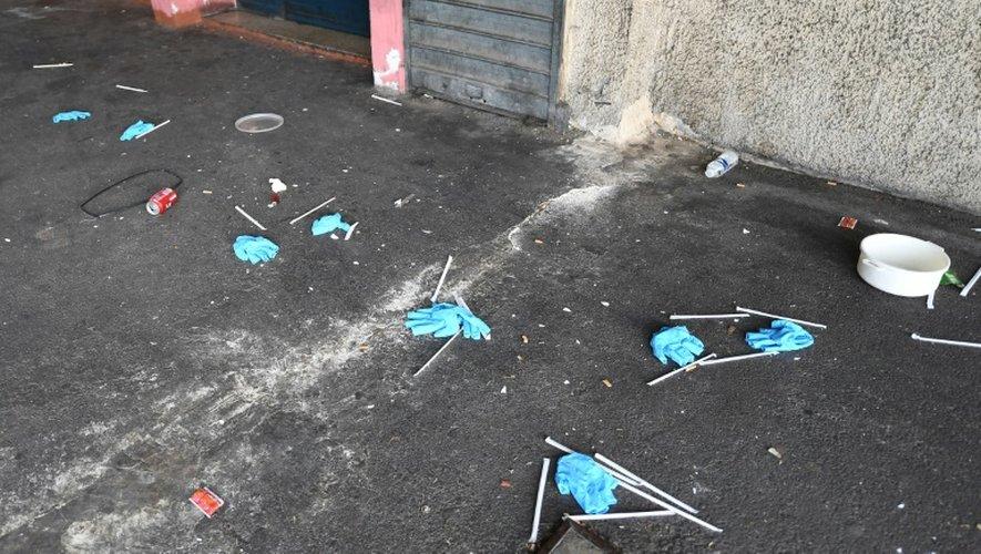 Des gants en plastique laissés par les enquêteurs pour le relevé d'indices sur les lieux d'un homicide par balles, le 25 décembre 2016 à Marseille