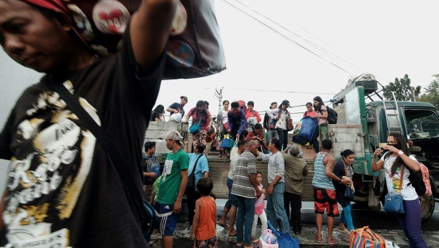 Evacuation des habitants à l'approche du puissant typhon Nock-Ten, le 24 décembre 2016 à Tabaco, aux Philippines