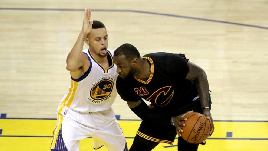 Les stars de Golden State Stephen Curry et de Cleveland LeBron James lors du match 7 de la finale NBA, 19 juin 2016 à Oakland