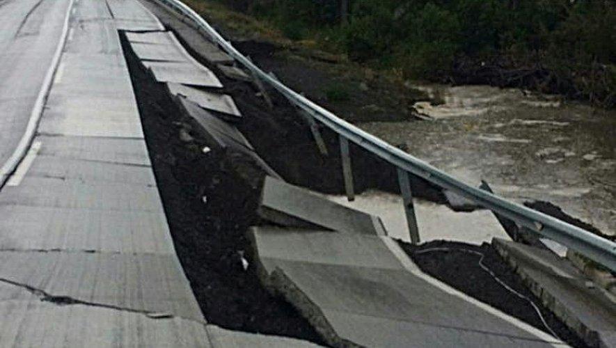 Un pont endommagé après un puissant séisme sur l'île de Chiloé, à quelque 1.000 km au sud de la capitale Santiago, le 25 décembre 2016