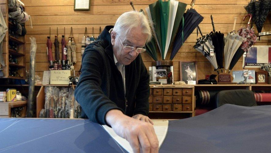 Hervé Pando utilise un patron avant de découper un parapluie, le 16 décembre 2016 dans son atelier à Pau, dans le sud-ouest de la France