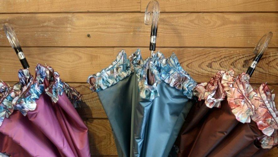 Mille parapluies sortent chaque année de la fabrique de parapluies de Pau et 800 d'entre eux sont vendus directement au magasin