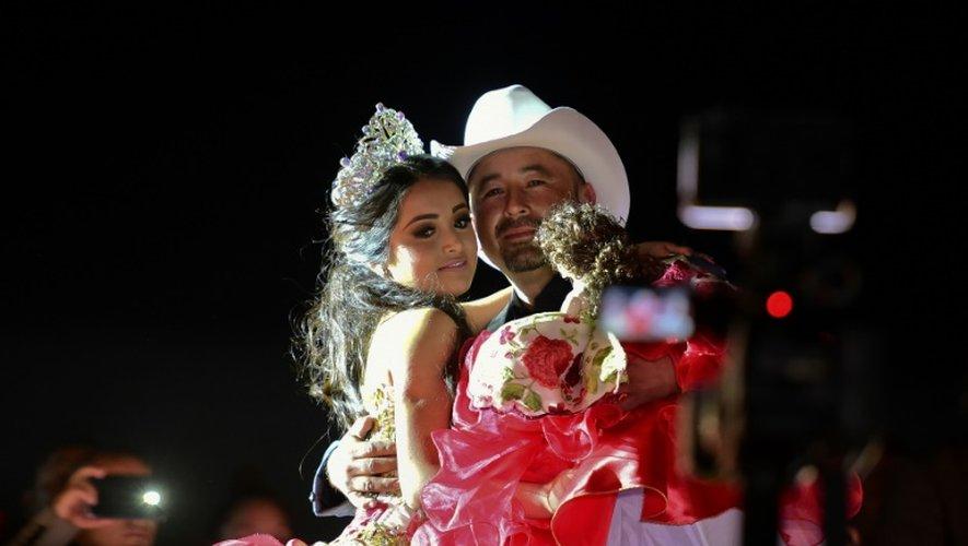 Rubi Ibarra et son père Cresencio Ibarra lors  son 15ème anniversaire le 26 décembre 2016 à Villa Guadalupe, dans l'état d San Luis Potosi