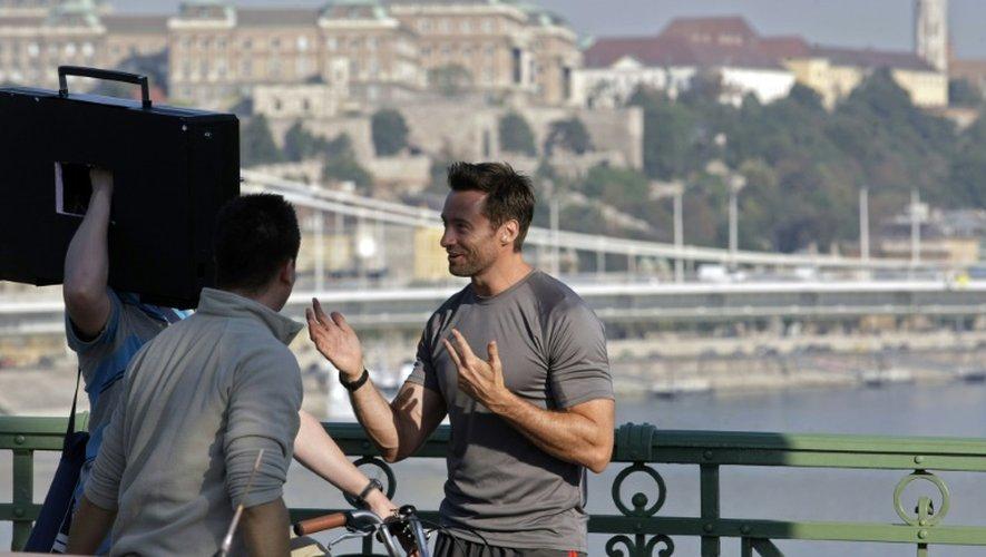 L'acteur australien Hugh Jackman lors d'un tournage le 2 septembre 2011 sur le pont Szabadssag à Budapest