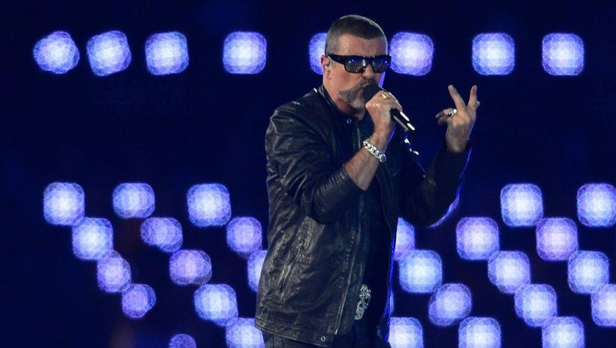 Le chanteur pop britannique George Michael sur scène le 12 août 2012 au stade olympique de Londres, pour la clôture des jeux Olympiques