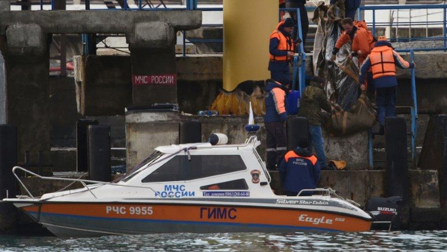 Des équipes de recherche transportent des corps des victimes du crash de l'avion militaire russe repêchés dans la mer Noire, le 26 décembre 2016 à Sotchi