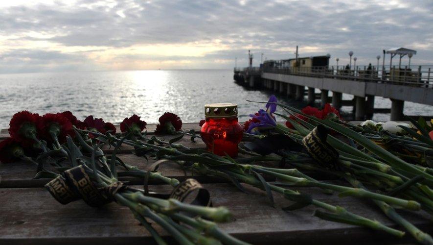 Des fleurs en hommage du crash de l'avion déposées sur la côte en bordure de la Mer Noire le 26 décembre 2016 à Sotchi