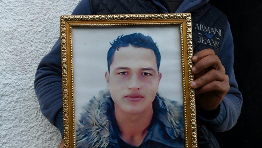 Portrait d'Anis Amri, auteur présumé de l'attentat de Berlin, montré par son frère Walid Amri, à Oueslatia, en Tunisie, le 23 décembre 2016