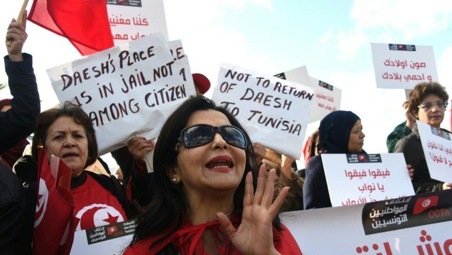 """A l'appel d'un collectif citoyen, des centaines de personnes ont manifesté le 24 décembre 2016 à Tunis pour dire """"Non à la repentance et à la liberté pour les groupes terroristes"""""""