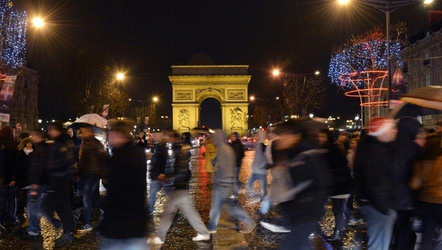 Des anonymes sur les Champs Elysées le 31 décembre 2012 à Paris