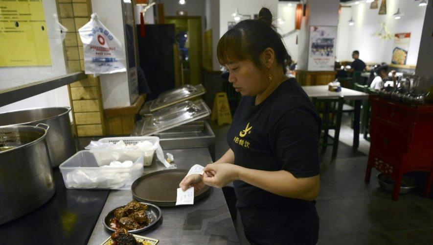 Une serveuse prépare des  têtes de lapîn  le 8 septembre 2016 dans un restaurant de Chengdu en Chine