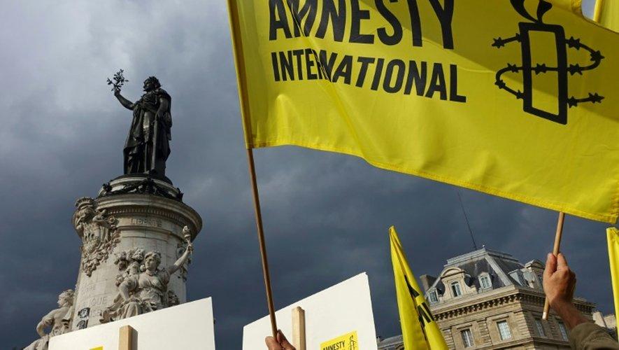 Des militants de l'ONG Amnesty International manifestent en soutien aux migrants, place de la République à Paris, le 5 septembre 2015
