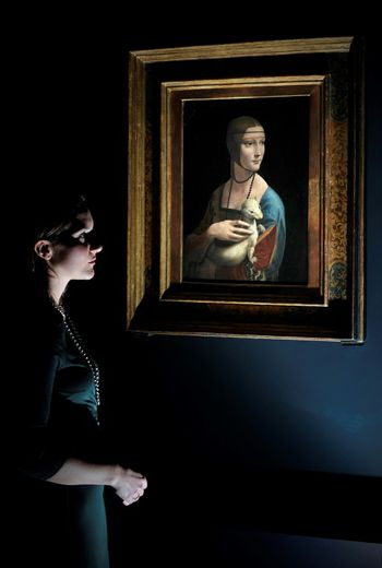"""Une femme devant """"la Dame à l'hermine"""" le 7 novembre 2011 à la National Gallery à Londres"""
