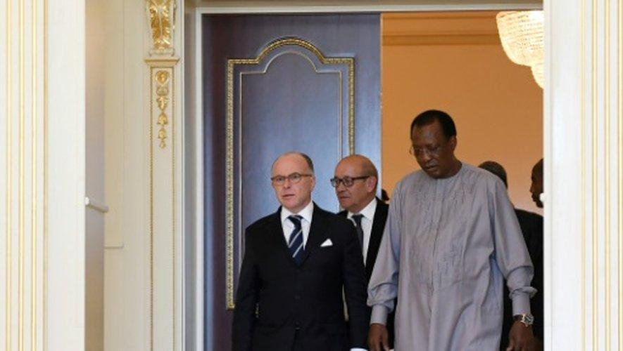Le Premier ministre français Bernard Cazeneuve (G) et le président tchadien Idriss Déby Itno (D) à   N'Djamena le 29 décembre 2016