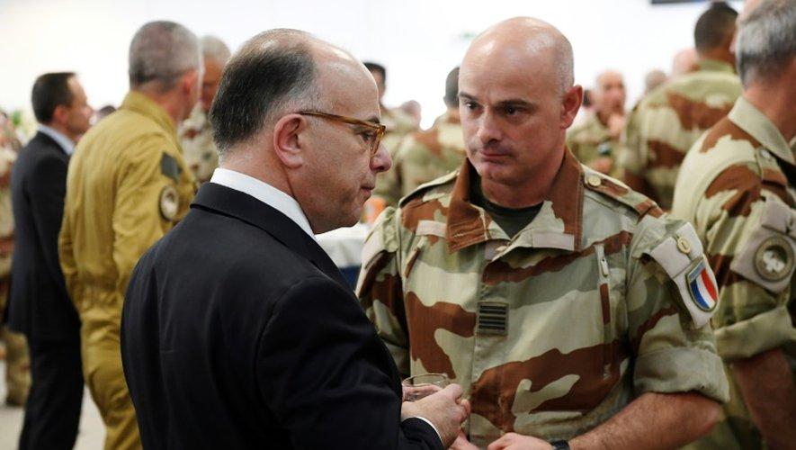 Le Premier ministre français Bernard Cazeneuve (G) s'entretient avec un soldat de la force française antijihadiste Barkhane à N'Djamena le 29 décembre 2016