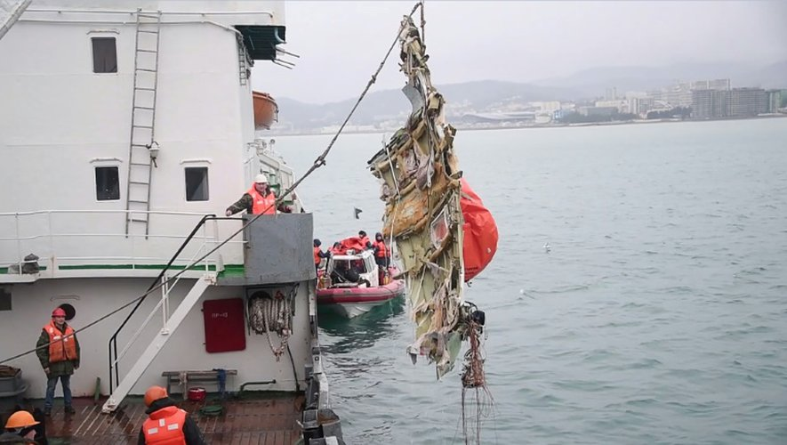 Des débris de l'avion qui s'est abîmé en mer, sorti de l'eau le 29 décembre 2016 au large de Sotchi
