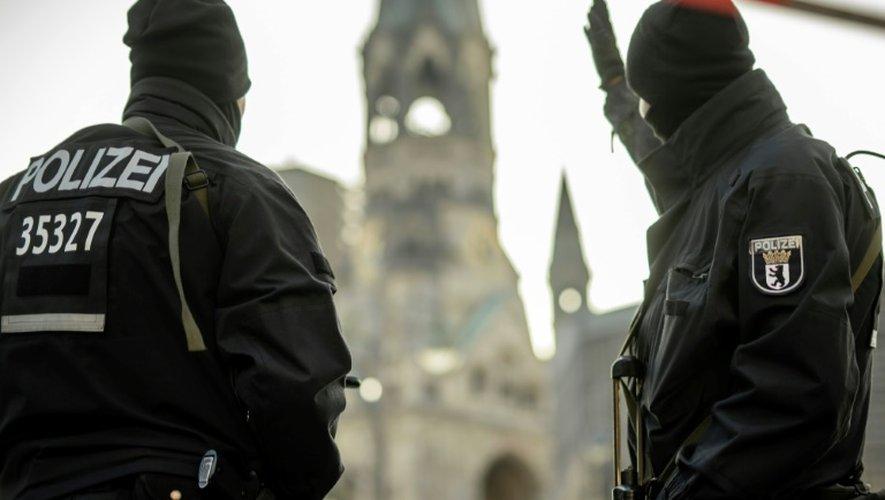 Des policiers en faction dans le centre de Berlin le 21 décembre 2016