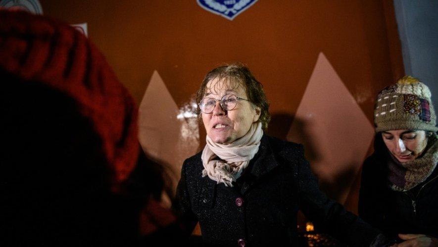 La linguiste turque Necmiye Alpay, sort de la prison de Bakirköy, à Istanbul le 29 décembre 2016