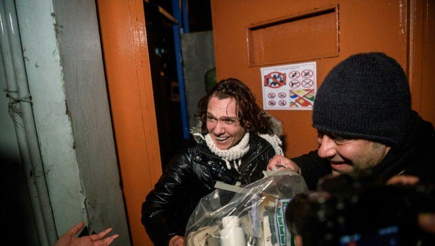 La romancière turque Asli Erdogan sort de la prison de Bakirköy, à Istanbul le 29 décembre 2016