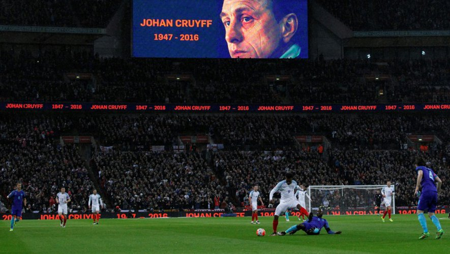 Hommage au footballeur néerlandais Johan Cruyff au Wembley Stadium de Londres pendant un match Angleterre/Pays-Bas, le 29 mars 2016