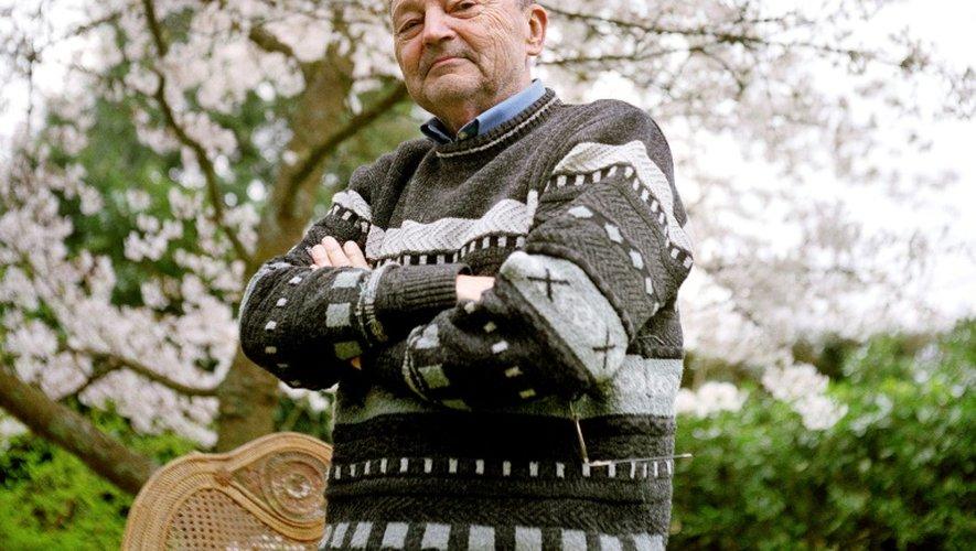 L'écrivain Michel Tournier dans son jardin à Choisel, près de Paris, le 4 avril 2005