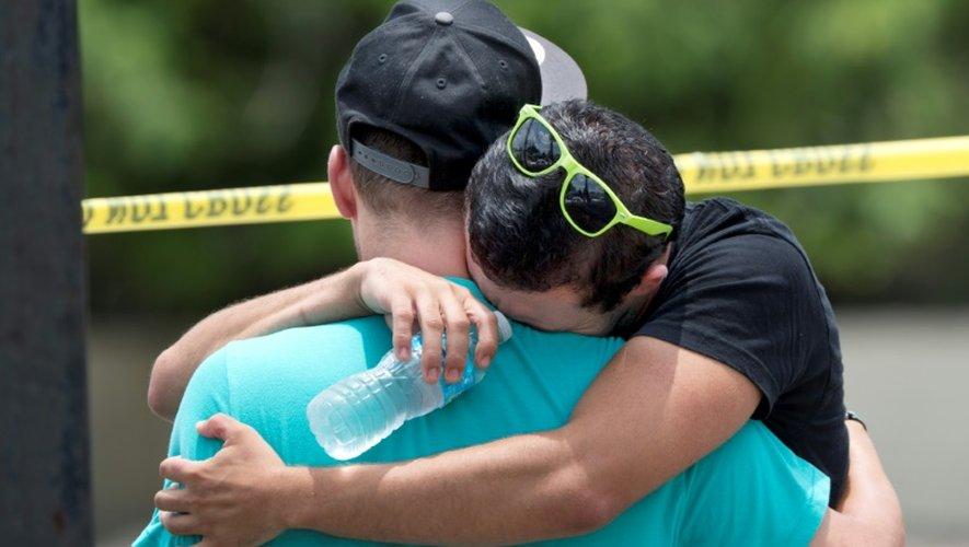 Devant la boîte de nuit le Pulse à Orlando, en Floride, au lendemain de la fusillade, le 12 juin 2016