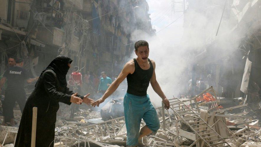 Des Syriens déambulent dans le quartier rebelle d'al-Kalasa au nord d'Alep, après un bombardement, le 28 avril 2016