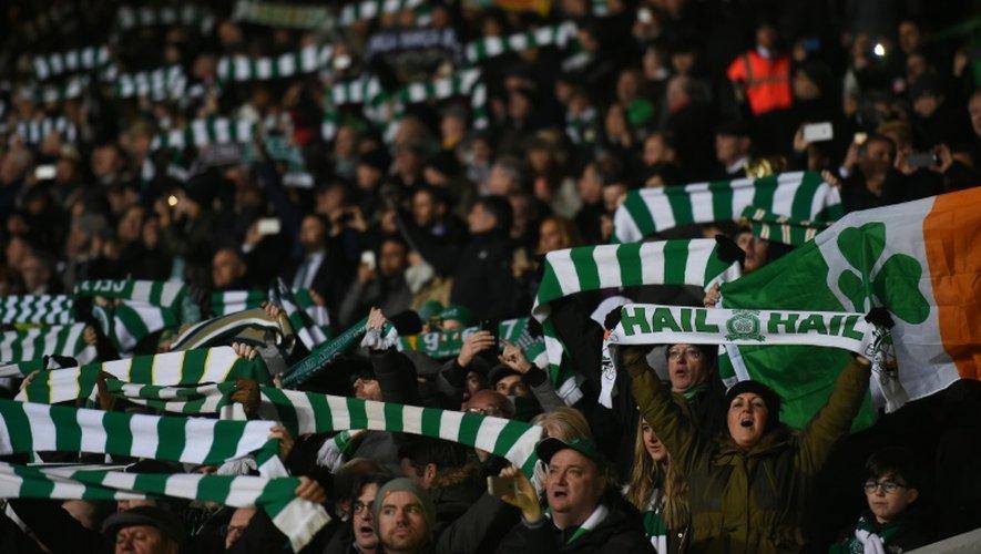 Les écharpes brandies par les supporters du Celtic à Glasgow le 23 décembre 2016