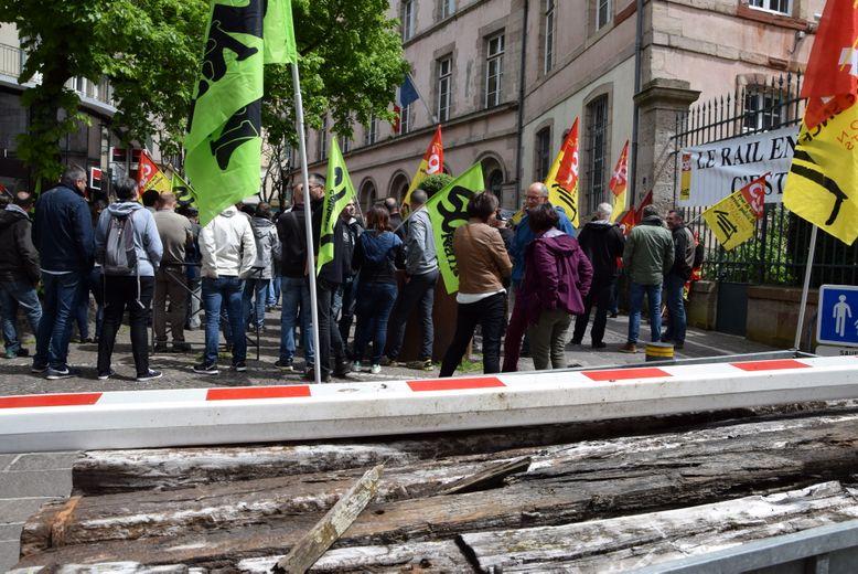 Les manifestants ont symboliquement déposé des traverses « pourries » de chemin de fer devant la préfecture : « C'est à l'image du futur des rails en Aveyron... »