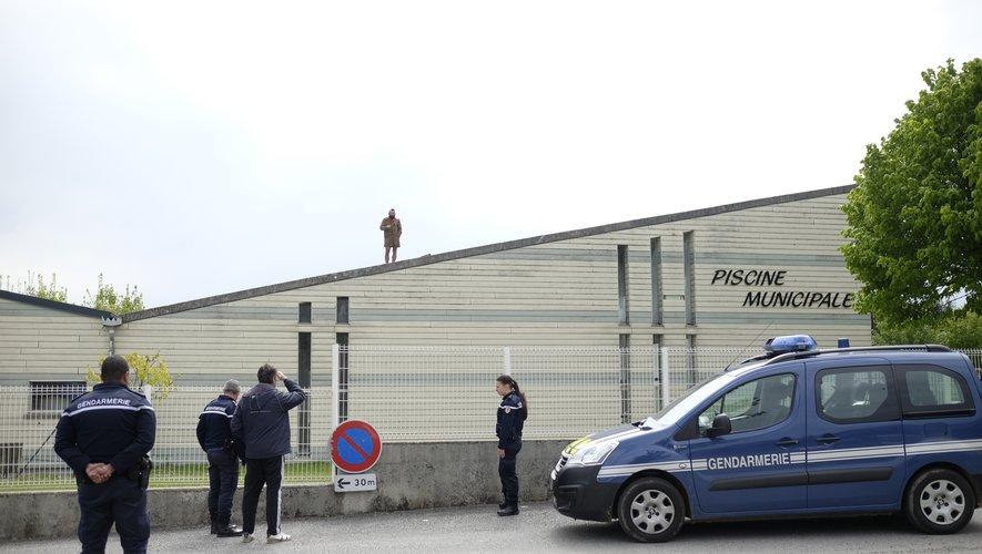 L'homme en question est resté sur le toit de la piscine durant la matinée