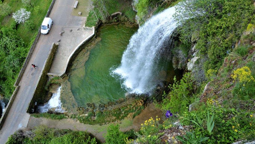 Cascade turquoise prise avec un point de vue exceptionnel avec l'aimable autorisation d'un riverain en congés à l'occasion des fêtes du premier mai.