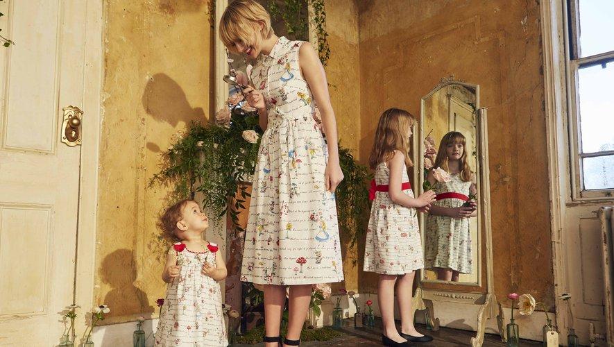 """Les robes pour petites et grandes décorées de l'imprimé """"Citations d'Alice"""", issues de la collection """"Disney x Cath Kidston""""."""