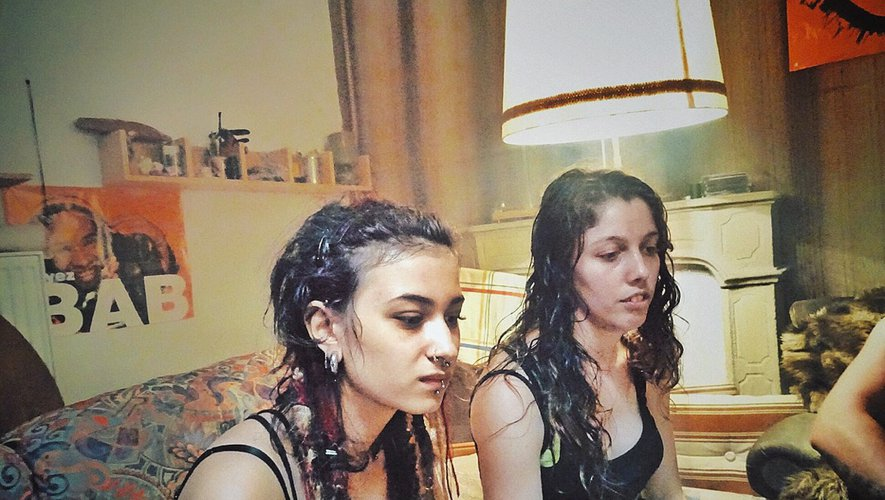 La Ruthénoise Lou Ravelli (à gauche) durant le tournage du long métrage «Sauvage» du réalisateur Camille Vidal-Naquet.