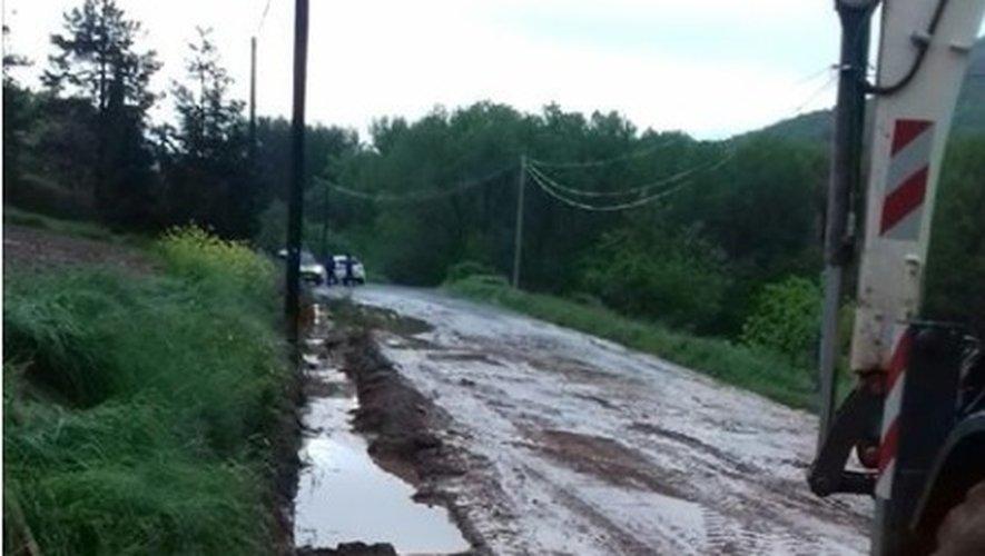 Les services techniques de la ville ont du intervenir en collaboration avec les services du département pour nettoyer la voirie suite à une coulée de boue conséquente dans le secteur de Savignac.