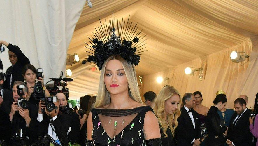 Rita Ora a foulé le tapis rouge dans une longue robe noire ornée de cristaux et de détails en plexi colorés, signée Prada. New York, le 7 mai 2018.