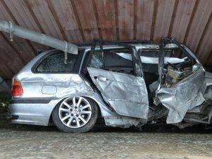 La voiture est restée coincée entre le muret et le bâtiment de l'entreprise.
