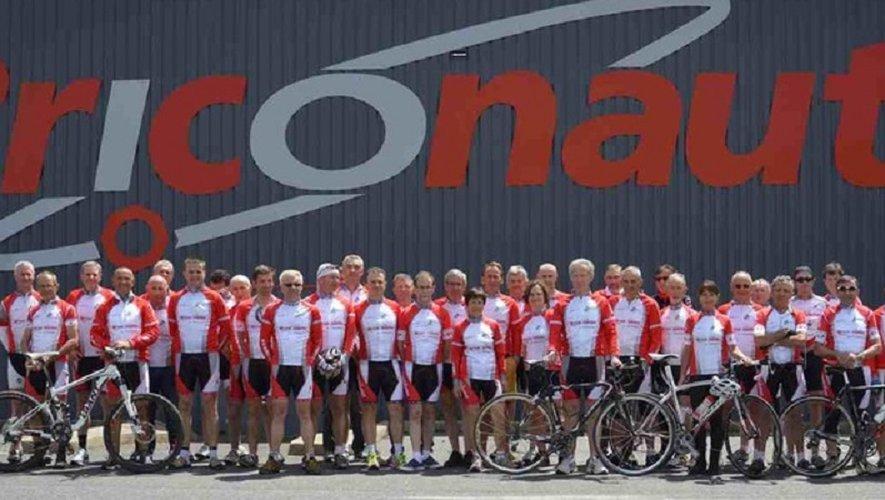 Les licenciés de l'Entente Cycliste réunis devant leur partenaire N° 1, « Les Briconautes ».