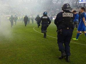 Football : à Grenoble, les supporters envahissent le terrain pour s'en prendre à l'équipe adverse