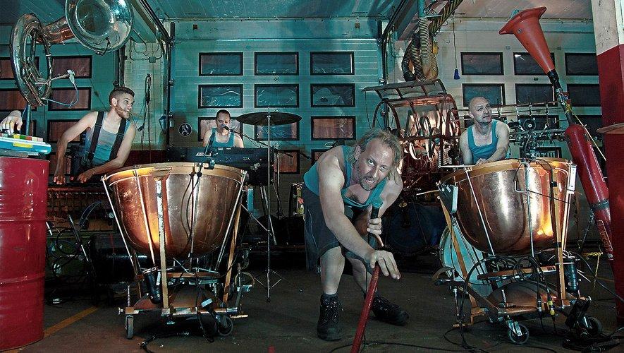 Les musiciens mécaniciens acteurs et chanteurs du groupe hollandais Bot.Photo Ilton-K.-Do-Rosario