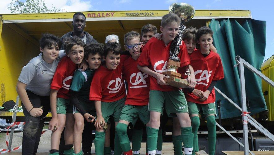 Quelle fierté de cette équipe U13 de Sébazac, participant au tournoi de l'Ascension de lever cette coupe de la victoire !
