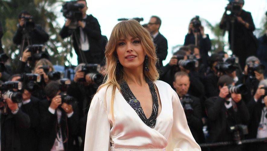 La top-modèle Petra Nemcova porte une robe éco-friendly type lingerie signée Andrés Acosta pour la montée des marches du Palais des Festivals. Cannes, le 14 mai 2018.