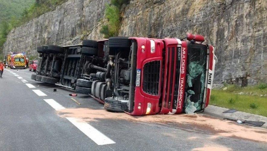 Un poids lourd se couche sur l'autoroute A75 — Accident