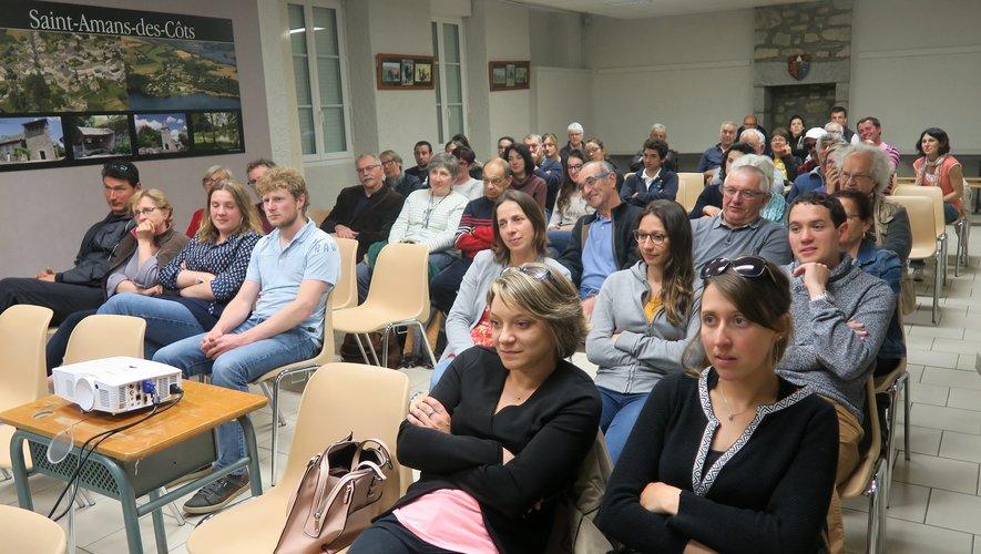 Salle pleine à Saint-Amans-des-Côts pour le film Une jeunesse en Aveyron