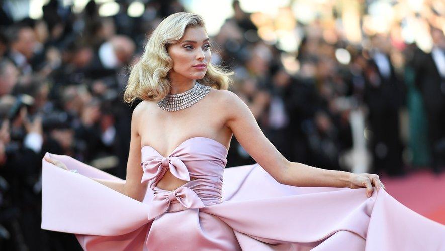 """La mannequin suédoise Elsa Hosk pose en arrivant à la projection du film """"Les Filles du soleil"""", le 12 mai 2018, lors de la 71e édition du festival de Cannes."""