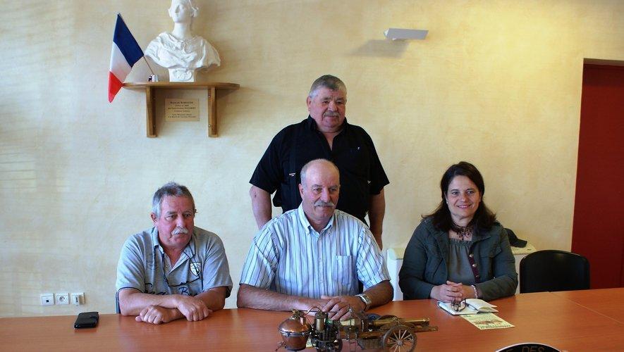 De g à d : Yvan Ravaille (membre), Robert Puech (président), Christelle Schmidt (secrétaire) et Jean-Paul Massol au 2e rang (membre, propriétaire du Fardier de Cugnot).