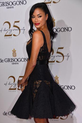 La chanteuse Nicole Scherzinger a jeté son dévolu sur une petite robe noire décolletée avec des jeux de transparence pour la soirée De Grisogono. Cannes, le 15 mai 2018.